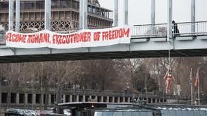 Sarah Constantin, activista de Femen, colgada de un puente de París, cerca de la torre Eiffel, este jueves.