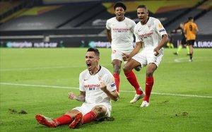 Los jugadores del Sevilla celebran el tanto de la victoria.