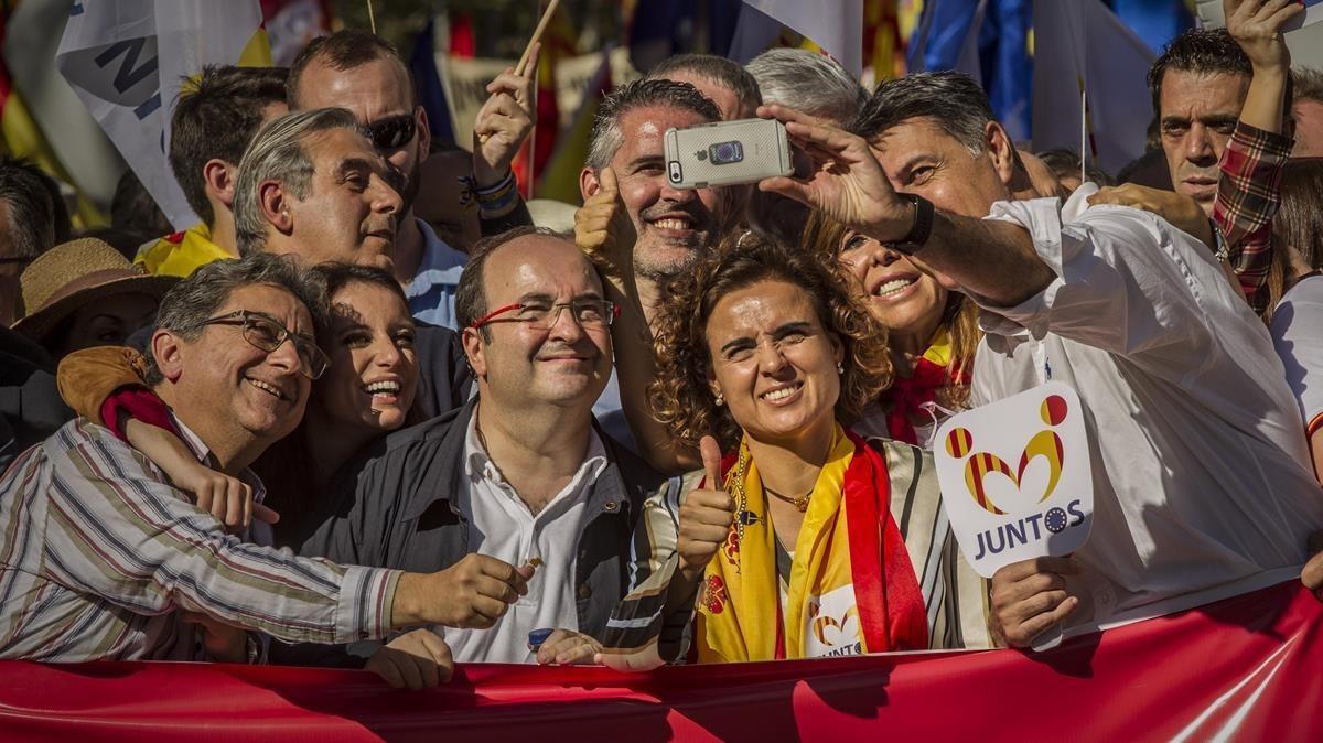 Enric Millo,Andrea Levy,Miquel Iceta,Dolors Montserrat,Alicia Sanchez Camacho y Xavier Garcia Albiol se hacen un selfi en la manifestación de Societat Civil Catalana del 2017 en Barcelona.