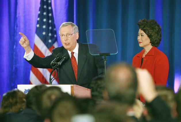 El senador republicano de Kentucky Mitch McConnell habla a sus seguidores junto a su esposa, durante la celebración de su victoria electoral, el martes en Louisville.
