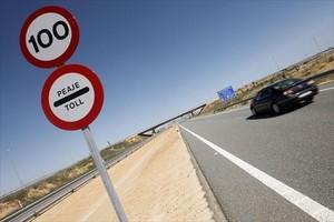 Señal de proximidad de un peaje en la autopista Madrid-Levante.