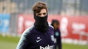 Sergi Roberto se protege del frío este lunes.