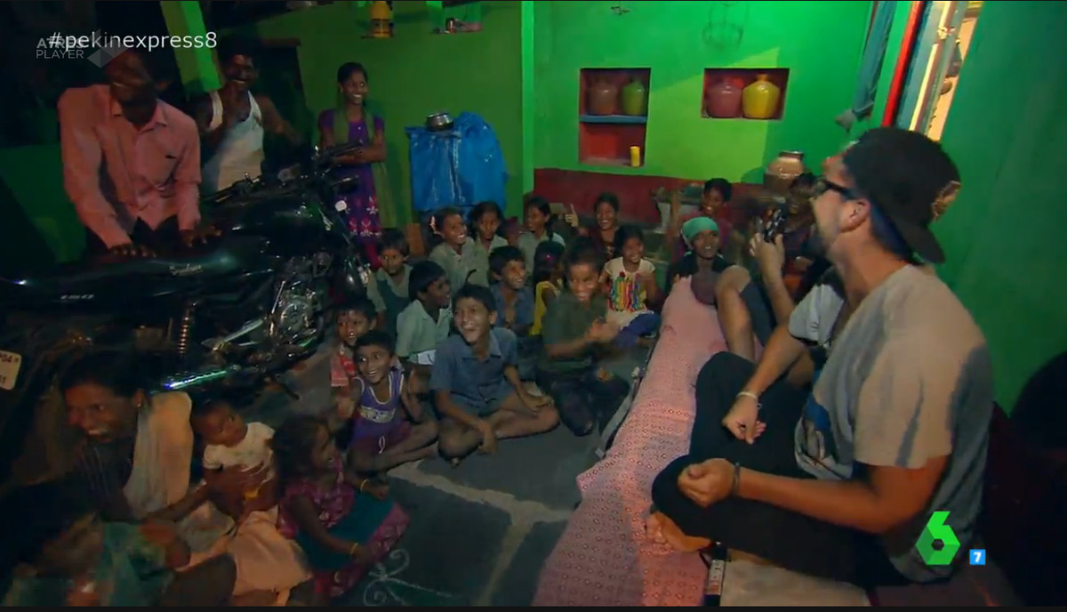 Como si de un dúo cómico se tratase, los primos hicieron pasar un rato agradable a los niños indios con sus canciones y sus ocurrencias, ante las risas de la población del lugar.