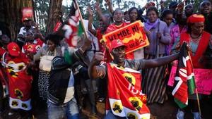 Simpatizantes del presidente Kenyatta y el partido Jubilee celebran la reelección, en Bomas of Kenya, en Nairobi, el 30 de octubre.