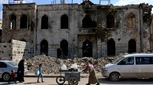 Un sirio empuja un carro en Azar, en elnorte de Siria.
