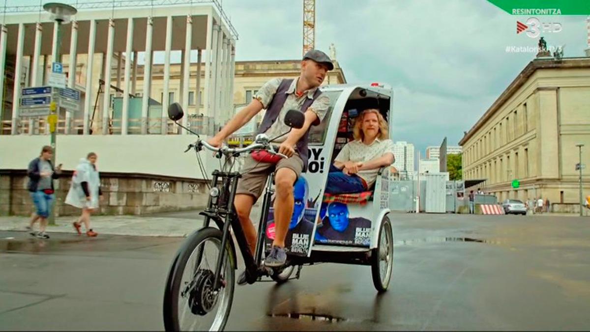 Halldor con el conductor de bicitaxi Clayton, en Berlín (Katalonski, TV-3).