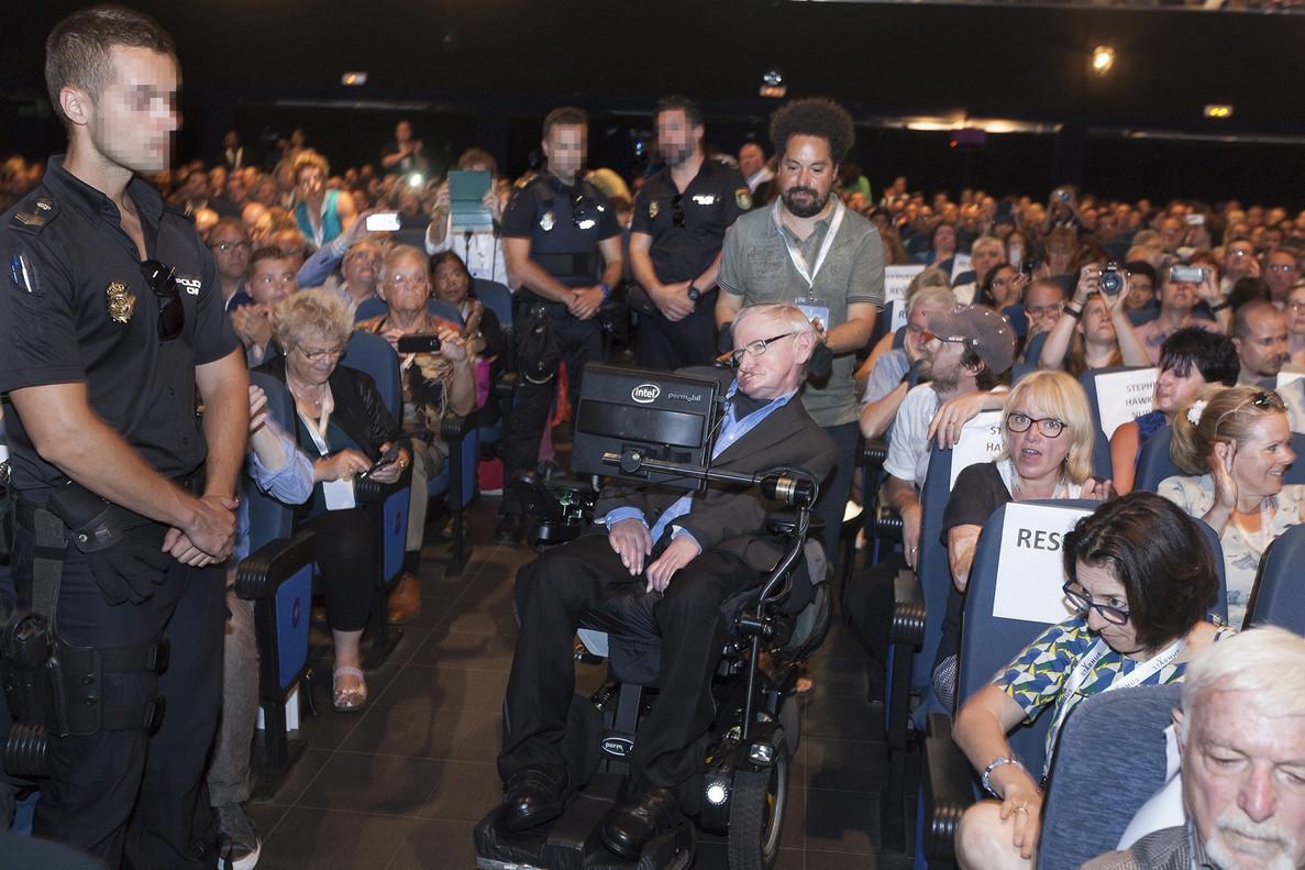 Stephen Hawking, escoltado por agentes de policía, durante el Festival Starmus, el miércoles en Arona (Tenerife).
