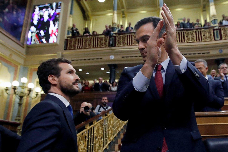 GRAF8756. MADRID, 07/01/2020.- El líder del Partido Popular, Pablo Casado (i), felicita a Pedro Sánchez que logró este martes la confianza de la Cámara Baja para un nuevo mandato como presidente del Gobierno, al lograr una estrecha mayoría de 167 votos a favor, 165 en contra y 18 abstenciones. EFE/ Juan Carlos Hidalgo