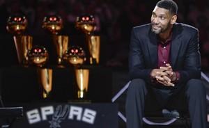 Tim Duncan disfrutó viendo como su dorsal quedaba en el techo del pabellón donde tanto disfrutó.