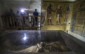 La cámara sepulcral de la tumba de Tutankamón, con el sarcófago del faraón.