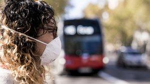Una ciudadana de Barcelona equipada con una mascarilla anticontaminación.