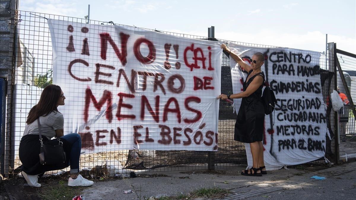 Una de las pancartas contra el centro para 'menas' proyectado presuntamente en el Fòrum