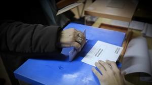 Una mujer vota en LHospitalet de Llobregat, el pasado 20 de diciembre.