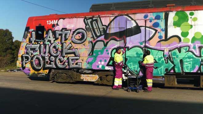 Una puerta de un tren con grafiti, obra expuesta en la feria Arco.