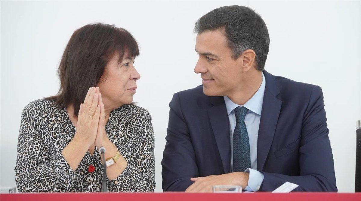 La presidenta del PSOE, Cristina Narbona, y el jefe del Ejecutivo, Pedro Sánchez, este lunes en la sede socialista.