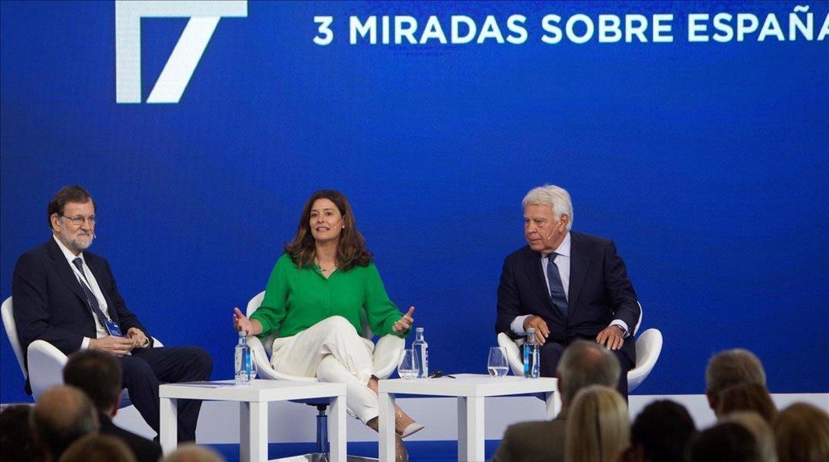 Mariano Rajoy y Felipe González, con la moderadora, Miriam González, este viernes, en el Foro La Toja-Vínculo Atlántico.