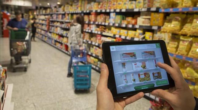 Un usuario consulta la 'app' de un supermercado.