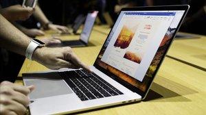Un usuario utilizando un MacBook.