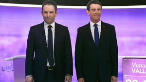Valls (derecha) y Hamon, antes del debate final de las primarias socialistas, en La Plaine-Saint-Denis, cerca de París, este miércoles.