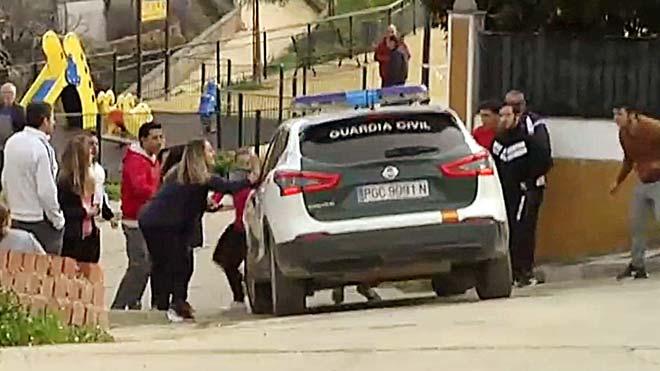 El coche de la Guardia Civil que transporta a Bernardo Montoya, asesino confeso de la muerte de Laura Luermo, es golpeado por vecinos de El Campillo.
