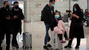 Viajeros del aeropuerto internacional de Hongqiao, en Shanghái, llevan máscaras para evitar el contagio, este lunes.