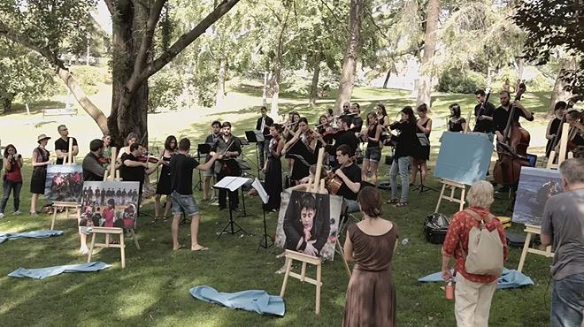 Una orquestra toca per sorpresa en un parc la coneguda cançó Mediterráneo de Serrat.