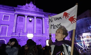 Protesta contra la violencia machista en la plaza de Sant Jaume de Barcelona.