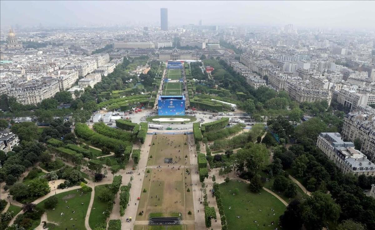 Vista aérea de la zonapara los aficionados en la Eurocopa 2016,junto a la Torre Eiffel,en París.