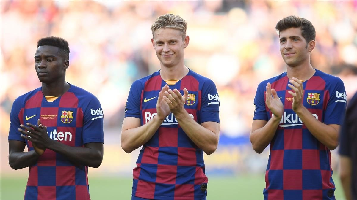 Wagué, De Jong y Sergi Roberto, en el Camp Nou.
