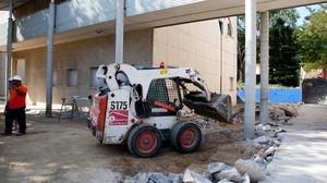 Obras de retirada de amianto en la escuela Xarau de Cerdanyola del Vallès, en el 2011.