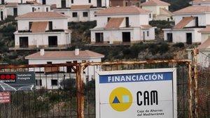Valla publicitaria de la antigua CAM en una urbanización de Mallorca.