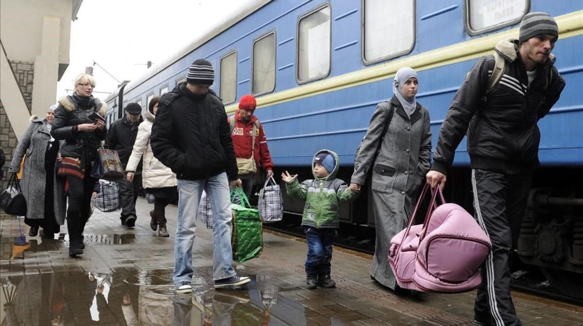 Un grupo de tártaros de Crimea llega a Ucrania en el 2014.