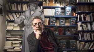 Paco Camarasa, en su antigua librería Negra y Criminal.