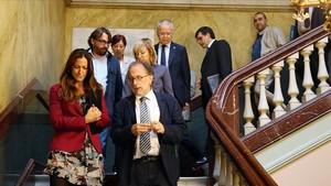 Maria Eugènia Gay con el resto de asistentes al acto de constitución de la comisión independiente.