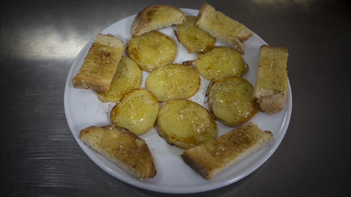 Una ración de patatas del Onubense.