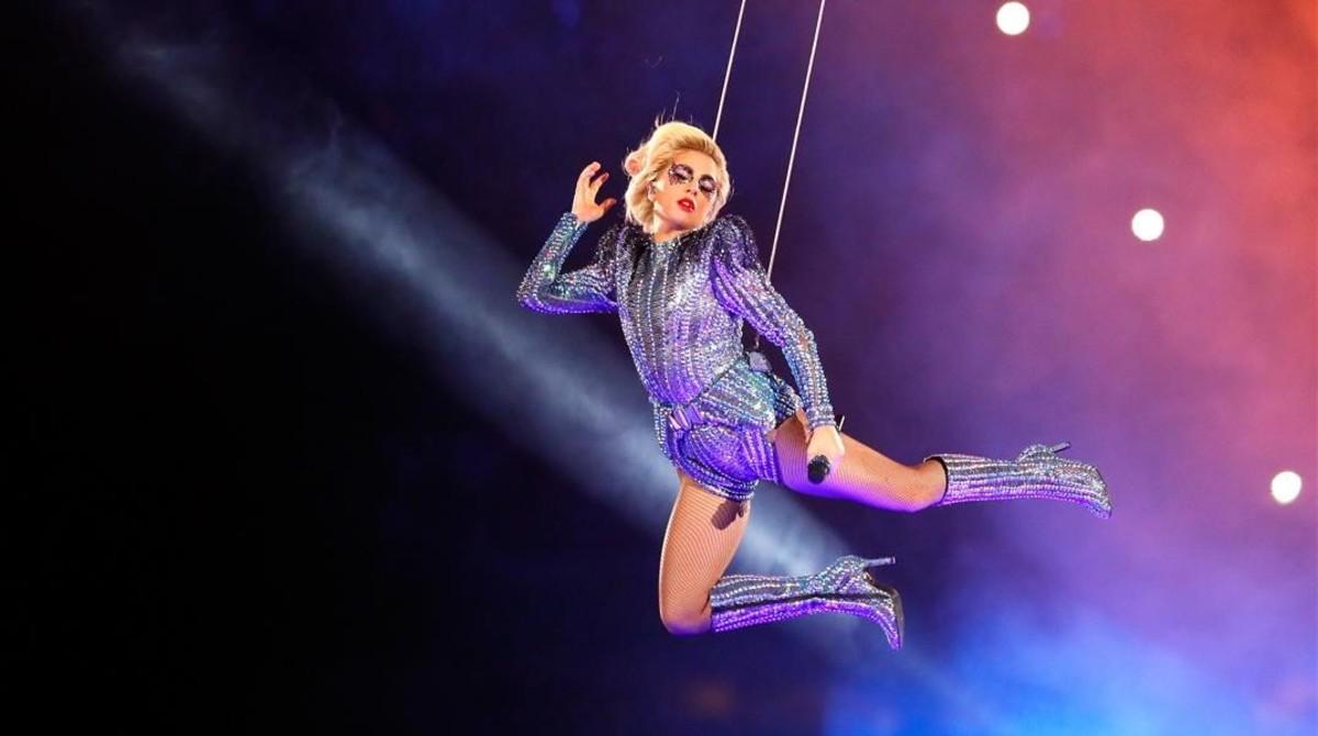 Lady Gaga, en pleno vuelo.