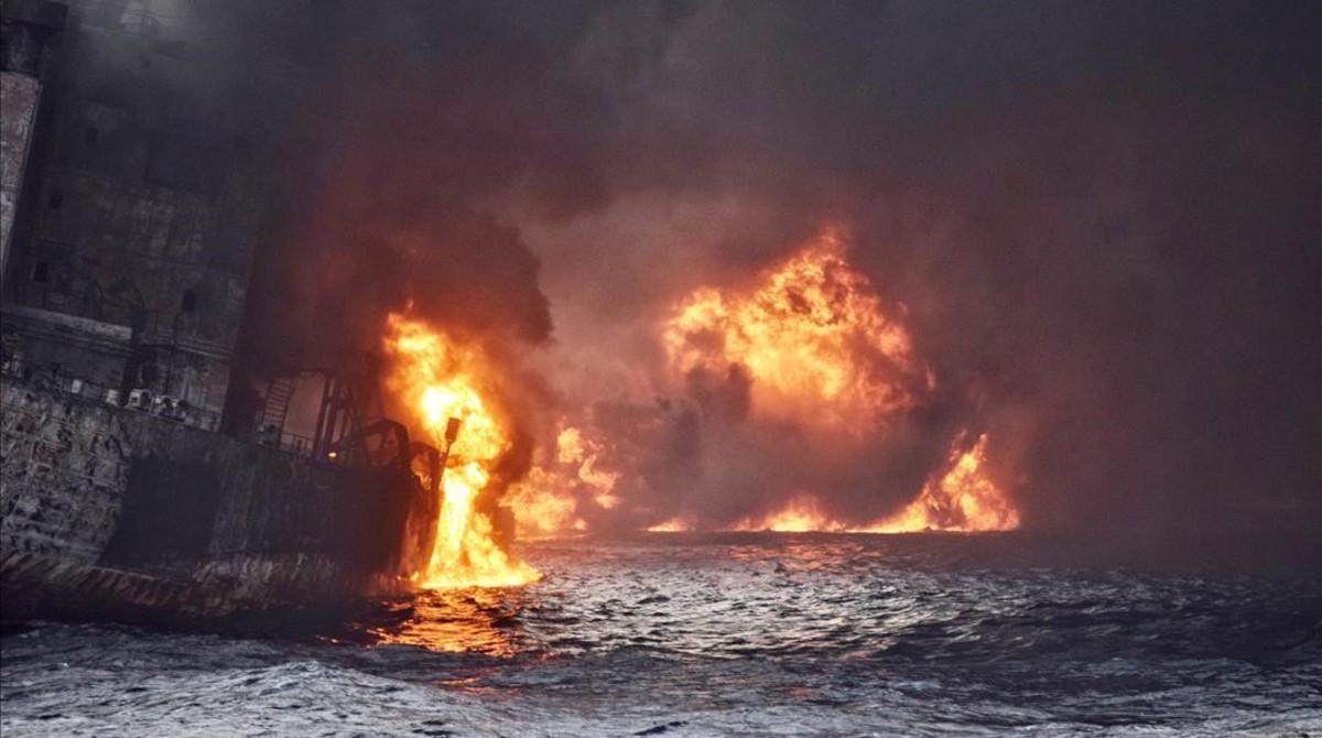 El petrolero Sanchi en llamas instantes antes de hundirse.
