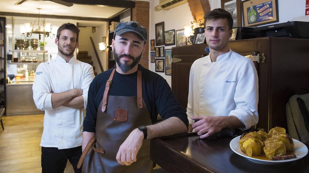 Artur Martínez (con gorra) en compañía de Marc Dinarés y Marc Cano.