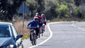 Unos ciclistas en la carretera donde ocurrió el siniestro.