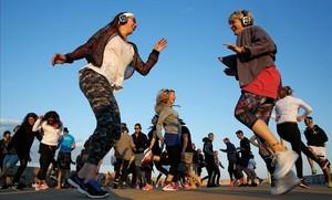 Bailescon cascos inalámbricos en la última SUCO session, en el Espigó de Bac de Roda.