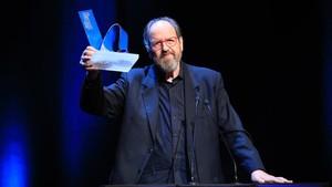 El actor Josep Maria Pou, tras recibir el galardón de Català de lAny.