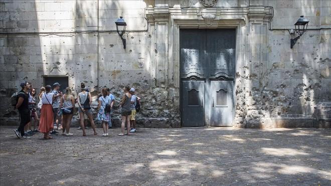 Marcas de un bombardeo de la guerra civil en las paredes de la iglesia de Sant Felip Neri.