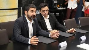 El 'conseller' Chakir El Homraniy el primer teniente de alcaldede Barcelona, Gerardo Pisarello, presentan los avances conjuntos en materia de politicas activas de ocupacion.