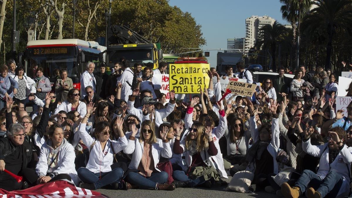 La vaga de metges s'enroca i amenaça amb un tercer dia d'aturades