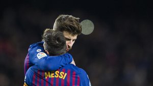 Gerard Piqué y Leo Messi se abrazan tras un gol.
