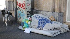 Una persona sin hogar en Barcelona, el enero pasado.