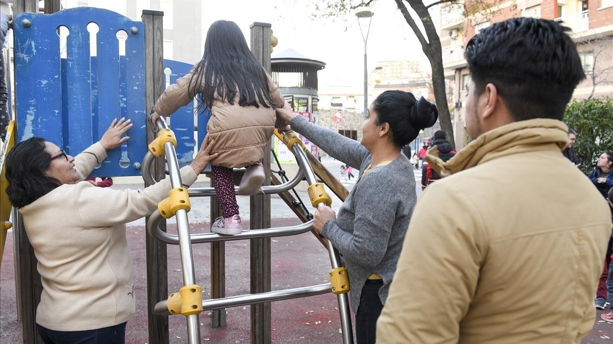 Una familia venezolana que reside en el área de Barcelona y tiene problemas para empadronarse.