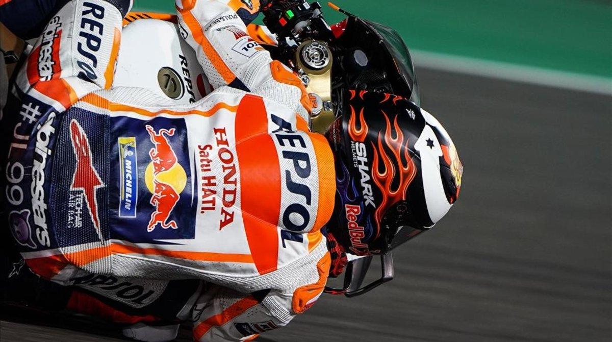 El tricampeon mallorquín de MotoGP, Jorge Lorenzo,que se estrelló dos veces el sabadohaciéndose mucho daño en la espalda,utilizóel GP de Catar para ir cogiendo experiencia a los mandos de su nueva Honda.