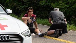 El ciclista británico Geraint Thomas, del equipo INEOS, permanece en el suelo tras haber sufrido una caída en la 4ª etapa de la 83 edición del Tour de Suiza, este martes entre Murten y Arlesheim (Suiza). Thomas ha sido atendido por las asistencias y, tras unos minutos, trasladado a un hospital por precaución.
