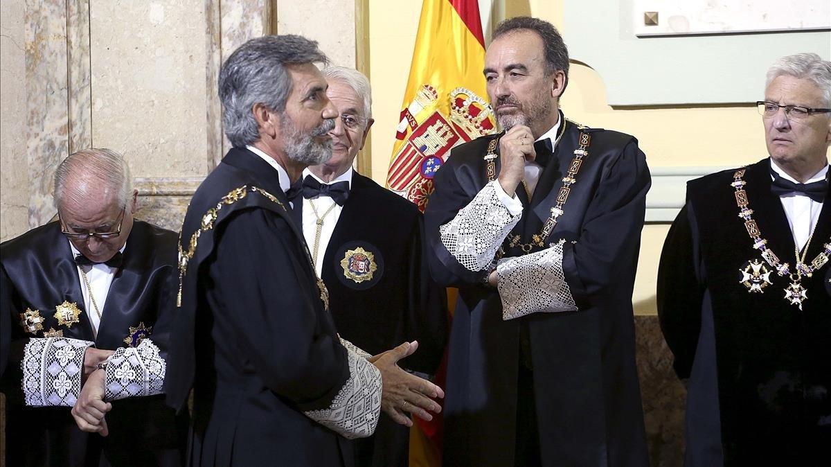 El presidente del Tribunal Supremo, Carlos Lesmes, saluda al presidente de la Sala Segunda, Manuel Marchena.